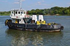 Το σκάφος στον ποταμό φορά Στοκ εικόνες με δικαίωμα ελεύθερης χρήσης
