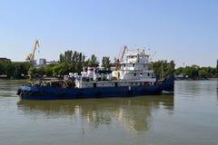 Το σκάφος στον ποταμό φορά Στοκ Εικόνες