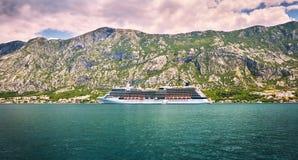 Το σκάφος της γραμμής κρουαζιέρας πηγαίνει σε Kotor από τις μικρές παλαιές αυθεντικές πόλεις Κόλπος Kotorska Boka, Μαυροβούνιο Στοκ Εικόνα