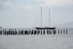 Το σκάφος, τουρισμός ναυσιπλοΐας Βάρκα γύρου γύρω από το Αιγαίο πέλαγος κόλπων Στοκ Φωτογραφίες
