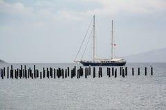 Το σκάφος, τουρισμός ναυσιπλοΐας Βάρκα γύρου γύρω από το Αιγαίο πέλαγος κόλπων Στοκ εικόνα με δικαίωμα ελεύθερης χρήσης