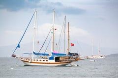Το σκάφος, τουρισμός ναυσιπλοΐας Βάρκα γύρου γύρω από το Αιγαίο πέλαγος κόλπων Τουρκική σημαία στον ιστό Στοκ εικόνες με δικαίωμα ελεύθερης χρήσης