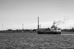 Το σκάφος φθάνει στο λιμένα Στοκ Εικόνες