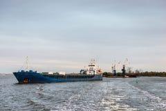 Το σκάφος φθάνει στο λιμένα Στοκ Εικόνα
