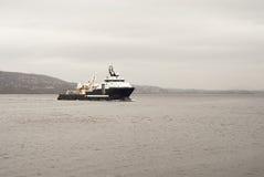 Το σκάφος φορτίου έρχεται στο λιμένα Στοκ Εικόνα