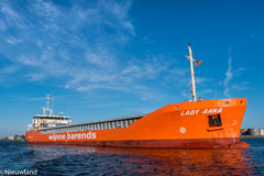 Το σκάφος φορτίου Smal κυρία Anna πλέει στον τελικό προορισμό του Στοκ φωτογραφία με δικαίωμα ελεύθερης χρήσης