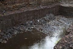 το σκάψιμο δένει το υψίπεδο τύρφης στοκ φωτογραφία με δικαίωμα ελεύθερης χρήσης