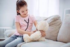 Το σκεπτικό χαριτωμένο βελούδο κοριτσιών αντέχει Στοκ εικόνα με δικαίωμα ελεύθερης χρήσης