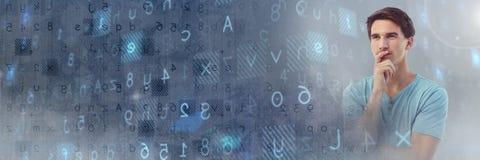 Το σκεπτόμενο άτομο με τις επιστολές κώδικα και οι αριθμοί αποκρυπτογραφούν τη μετάβαση Στοκ Φωτογραφία