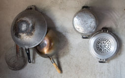 Το σκεύος για την κουζίνα κρεμά στον τοίχο τσιμέντου Στοκ Εικόνα