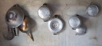 Το σκεύος για την κουζίνα κρεμά στον τοίχο τσιμέντου Στοκ Εικόνες