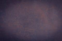 Το σκοτεινές καφετιές υπόβαθρο και η σύσταση δέρματος Nubuck στοκ φωτογραφίες