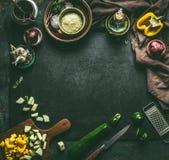 Το σκοτεινό αγροτικό υπόβαθρο τροφίμων με τα λαχανικά και τα χορτάρια στη σκοτεινή αγροτική κουζίνα παρουσιάζουν το υπόβαθρο με τ στοκ εικόνες με δικαίωμα ελεύθερης χρήσης