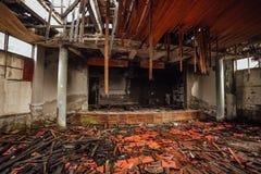 Το σκοτεινό ανατριχιαστικό εσωτερικό κατέστρεψε το καταρρεσμένο εγκαταλειμμένο θέατρο σταδίων ή κινηματογράφων στοκ εικόνες