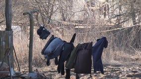 Το σκοτεινό λινό είναι ξηρό σε ένα σχοινί στον αέρα στο χωριό