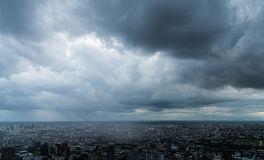 Το σκοτεινό σύννεφο στην πόλη Στοκ Εικόνες