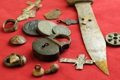 Το σκουριασμένα μαχαίρι και το κάστρο άρθρωσαν τα αρχαία ρωσικά αντικείμενα του δέκατου όγδοου αιώνα σε ένα κόκκινο ύφασμα στοκ εικόνες με δικαίωμα ελεύθερης χρήσης