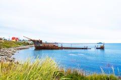 Το σκουριασμένο σκάφος έτρεξε προσαραγμένο, Puerto Natales, Χιλή Διάστημα αντιγράφων για το κείμενο στοκ φωτογραφία