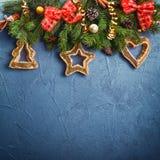 Το σκούρο μπλε υπόβαθρο Χριστουγέννων με το έλατο διακλαδίζεται και νέα ντεκόρ και παιχνίδια έτους σε ένα σκηνικό πλακών ή πετρών στοκ εικόνες με δικαίωμα ελεύθερης χρήσης