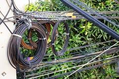 Το σκούρο πράσινο νάυλον σκοινί δεσμεύει το ρόλο των ηλεκτροφόρων καλωδίων υψηλής τάσης Στοκ εικόνα με δικαίωμα ελεύθερης χρήσης