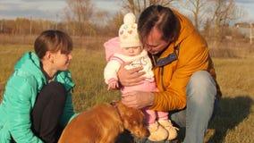 Το σκυλί γλείφει τη μύτη ιδιοκτητών ` s, η οποία περπατά με τα παιδιά του απόθεμα βίντεο