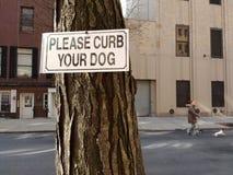 Το σκυλί που περπατά, παρακαλώ συγκρατεί το σκυλί σας, NYC, Νέα Υόρκη, ΗΠΑ Στοκ Εικόνες