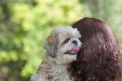 Το σκυλί και ο ιδιοκτήτης του είναι οι καλύτεροι φίλοι στοκ φωτογραφία με δικαίωμα ελεύθερης χρήσης