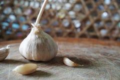 Το σκόρδο στο ξύλινο υπόβαθρο Στοκ φωτογραφία με δικαίωμα ελεύθερης χρήσης