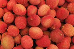 Το σμέουρο χρωμάτισε φρέσκα lychees στην υπαίθρια αγορά Στοκ Εικόνες