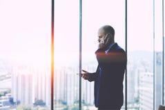Το σοβαρό άτομο CEO έντυσε στο κοστούμι που έχει τη δυσάρεστη κινητή τηλεφωνική συνομιλία Στοκ Εικόνες
