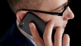 Το σοβαρό στοχαστικό άτομο σε ένα επιχειρησιακό κοστούμι φέρνει το τηλέφωνο στο αυτί του και κάνει μια κλήση Ομιλία επιχειρηματιώ απόθεμα βίντεο