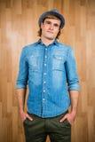Το σοβαρό hipster που βάζει δικών του παραδίδει τις τσέπες Στοκ Εικόνα