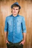 Το σοβαρό hipster που βάζει δικών του παραδίδει τις τσέπες Στοκ φωτογραφία με δικαίωμα ελεύθερης χρήσης