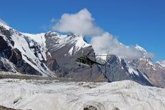 Το σοβιετικό ελικόπτερο με τους ορειβάτες που προσγειώνονται σε Khan Tengri και η μέγιστη βάση Pobeda στρατοπεδεύουν (Κιργιστάν) Στοκ εικόνα με δικαίωμα ελεύθερης χρήσης