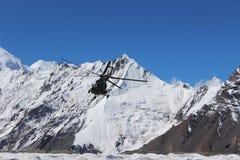 Το σοβιετικό ελικόπτερο με τους ορειβάτες που προσγειώνονται σε Khan Tengri και η μέγιστη βάση Pobeda στρατοπεδεύουν (Κιργιστάν) Στοκ Φωτογραφίες