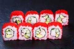 Το σούσι κυλά με το κρέας, το αγγούρι και το αβοκάντο καβουριών, που καλύπτονται με το ρ Στοκ Εικόνα