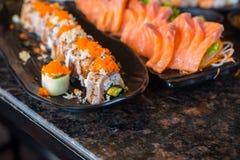 Το σούσι κυλά το σωρό με τα αυγά γαρίδων στο πιάτο στο εστιατόριο, ιαπωνικό ύφος τροφίμων Στοκ Φωτογραφίες