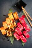 Το σούσι κυλά την κινηματογράφηση σε πρώτο πλάνο Ιαπωνικά τρόφιμα στο εστιατόριο Ρόλος με το σολομό, το χέλι, τα λαχανικά και το  Στοκ φωτογραφίες με δικαίωμα ελεύθερης χρήσης