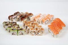 Το σούσι κυλά τον ιαπωνικό αριθμό ψαριών εστιατορίων τροφίμων για ένα άσπρο υπόβαθρο Στοκ φωτογραφίες με δικαίωμα ελεύθερης χρήσης