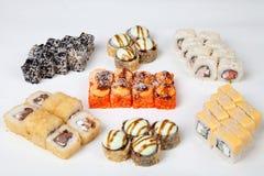 Το σούσι κυλά τον ιαπωνικό αριθμό ψαριών εστιατορίων τροφίμων για ένα άσπρο υπόβαθρο Στοκ φωτογραφία με δικαίωμα ελεύθερης χρήσης
