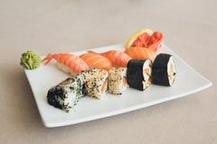Το σούσι κυλά την ιαπωνική κουζίνα που τίθεται στον πίνακα Στοκ Εικόνα