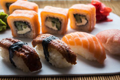 Το σούσι κυλά την πιπερόριζα και το wasabi Στοκ Εικόνες