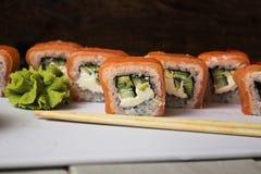 Το σούσι κυλά την πιπερόριζα και το wasabi Στοκ Φωτογραφίες