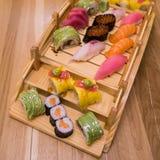 Το σούσι κυλά το ξύλινο πιάτο Στοκ φωτογραφία με δικαίωμα ελεύθερης χρήσης
