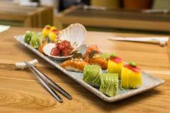 Το σούσι κυλά το πιάτο Στοκ Φωτογραφίες