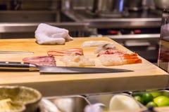 Το σούσι προετοιμάζεται για την κατανάλωση Στοκ Εικόνα