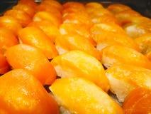 Το σούσι σολομών είναι ιαπωνικά τρόφιμα, το οποίο είναι στο δίσκο στο buffe στοκ εικόνα με δικαίωμα ελεύθερης χρήσης