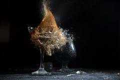 Το σπάσιμο ενός γυαλιού με τα τεμάχια Στοκ φωτογραφία με δικαίωμα ελεύθερης χρήσης