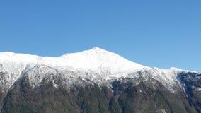 το σπάσιμο ΚΑΠ χιονοστιβάδων που αφέθηκε το βουνό την έτοιμη σωστή σκιά έλαμψε κορυφή χιονιού κλίσεων στην κορυφή Στοκ εικόνα με δικαίωμα ελεύθερης χρήσης