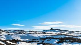 το σπάσιμο ΚΑΠ χιονοστιβάδων που αφέθηκε το βουνό την έτοιμη σωστή σκιά έλαμψε κορυφή χιονιού κλίσεων στην κορυφή Στοκ Φωτογραφίες